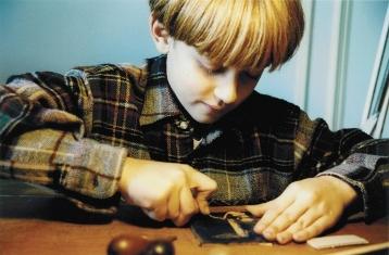 Enfant gravant.